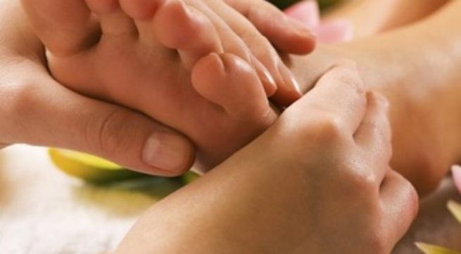 Dùng tay ấn huyệt chân 2