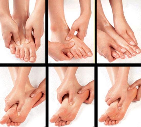 Dùng tay ấn huyệt chân