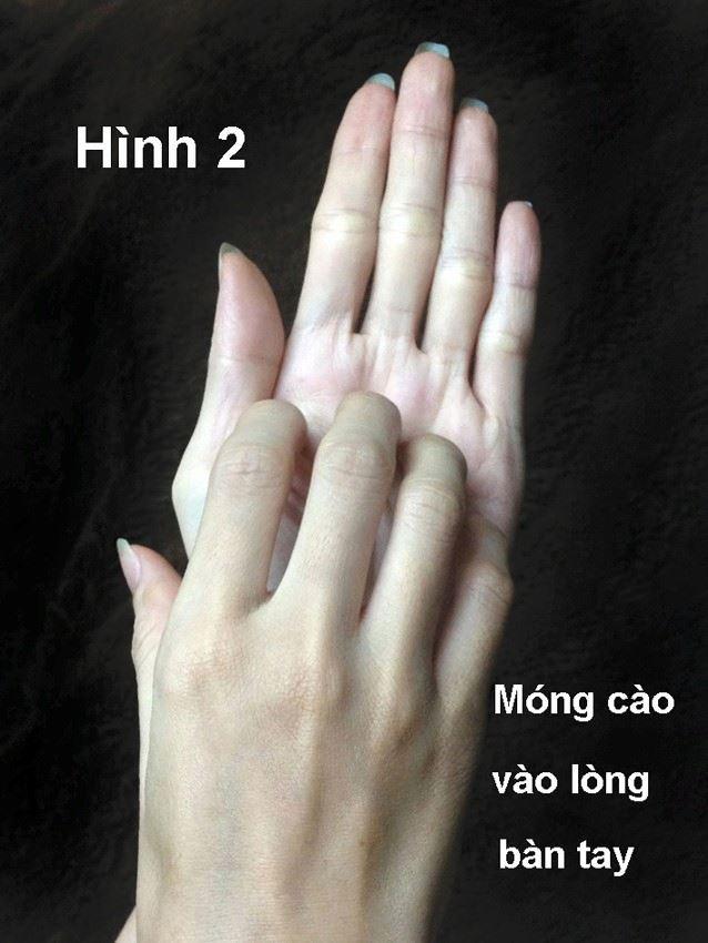 Dùng tay ấn huyệt trên tay