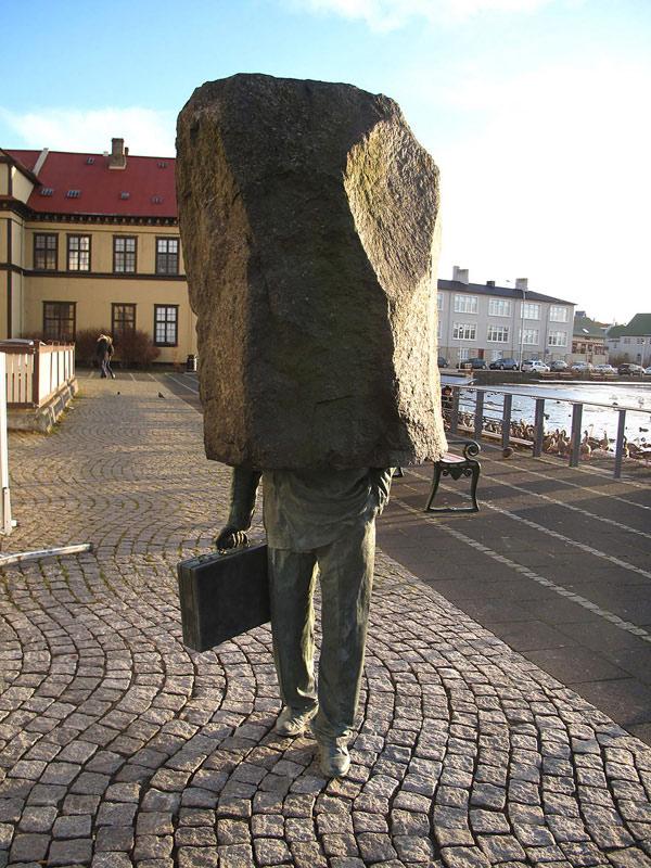 Tảng đá trên đầu