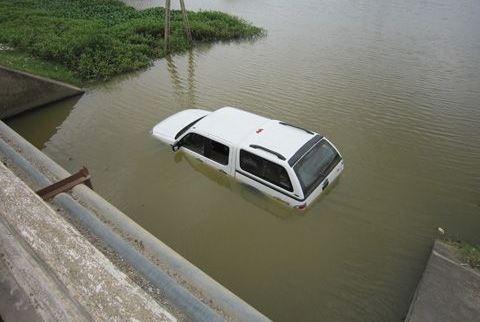 Thoát hiểm khi xe chìm